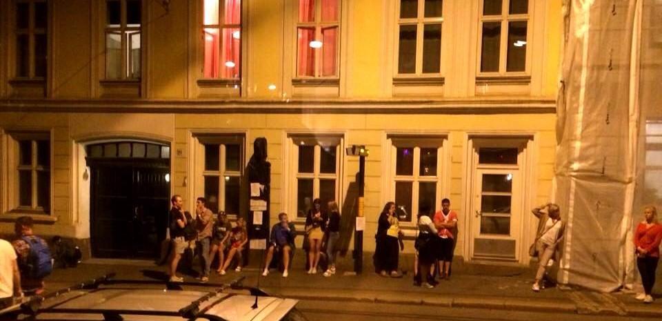 #RUTER påstår denne trikkestoppen ikke ble brukt nok. Dette er fra en sen lørdagskveld. Foto: Jonas