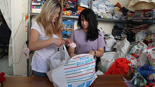 Brukte barneklær pakkes på solidaritetshuset i Aten hvor fattige familier og hjemløse kan komme å få mat, klær og andre nødvendighetsartikler. (Foto: Christian Grotnes Halvorsen, UD)