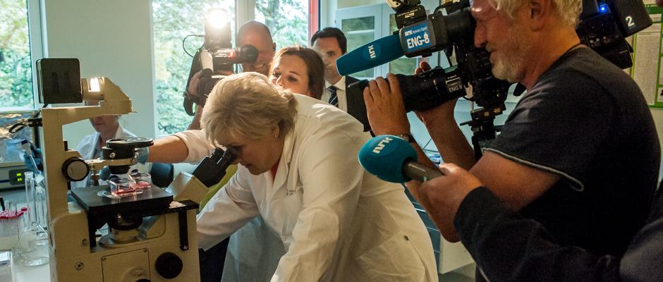 Statsminister Erna Solberg får et innblikk i forskningen gjennom mikroskopet.
